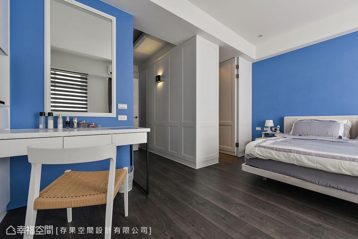 古典壁板流露出優雅感,床頭和梳妝台壁面反而以天空藍漆色為裝飾,提高空間的活潑性。