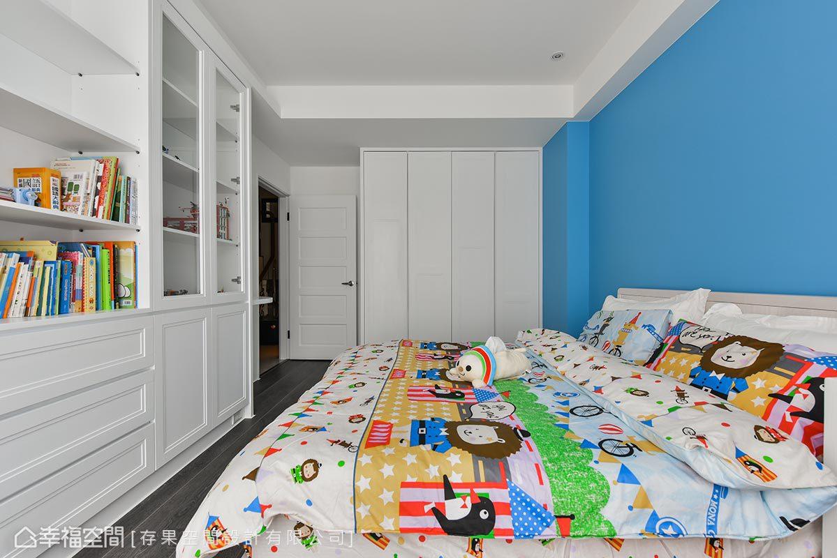 透過藍色床頭壁面,再結合古典門片,存果空間設計有限公司讓小孩房與主臥設計相呼應。
