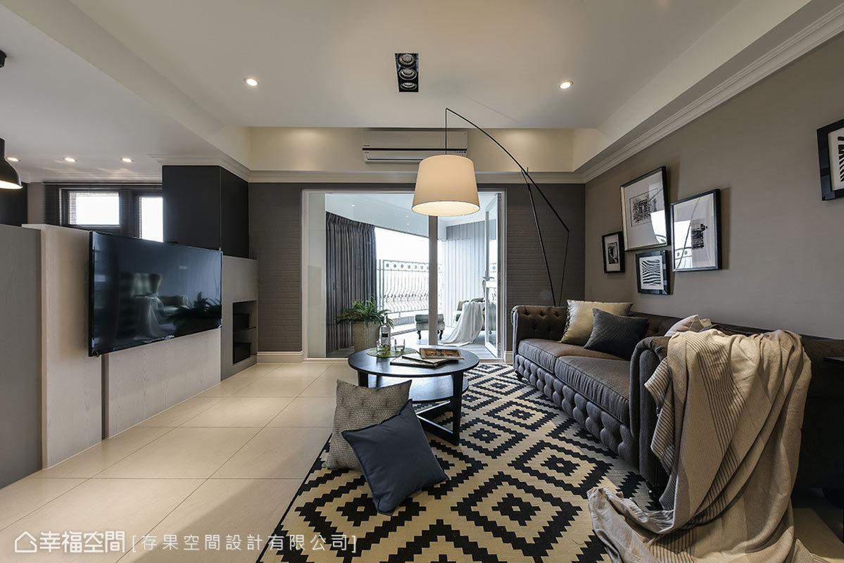 存果空間設計以半高的電視牆,讓自然光於室內恣意穿梭流通,圍塑出自然休閒的氛圍。