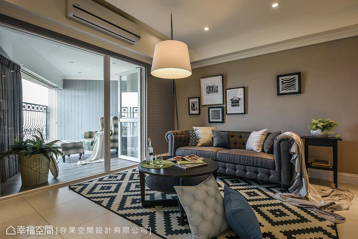建商在客廳旁規劃外陽台,在合法的原則前提下,將空間納為室內一隅,形成一個櫥窗端景。