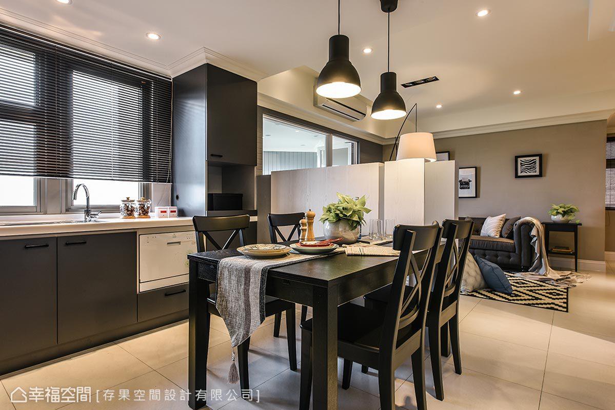 位處電視矮牆後方,以開放流暢的動線,將客廳和餐廚區串聯一氣,創造出增進家人情感交流的生活場域。