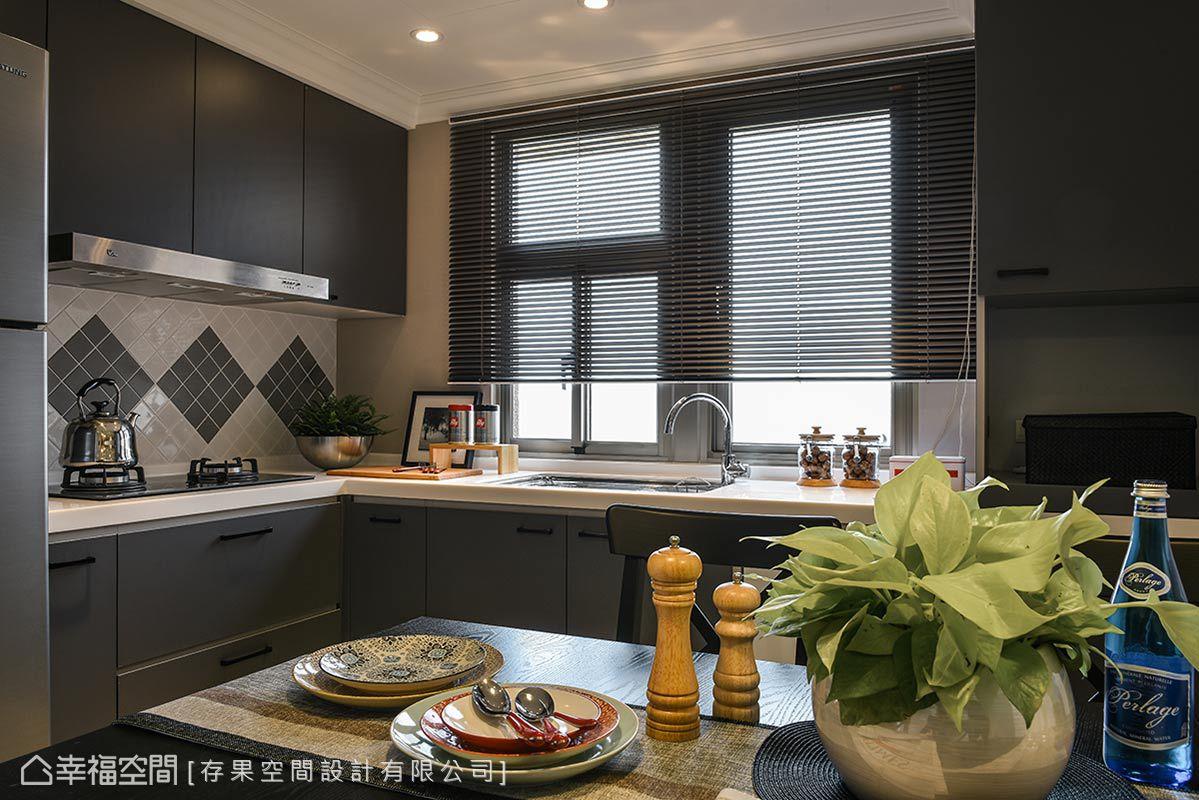 壁面以馬賽克設計為造型,形成視覺亮點,搭配霧面門板的廚具,提升整體空間質感。
