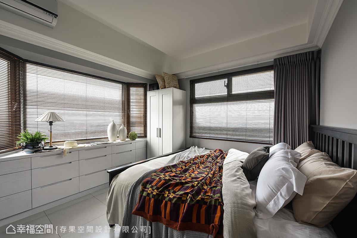 順著窗台設置隱藏式的收納櫃體,在自然光的照射下,成為最佳的展示檯面。