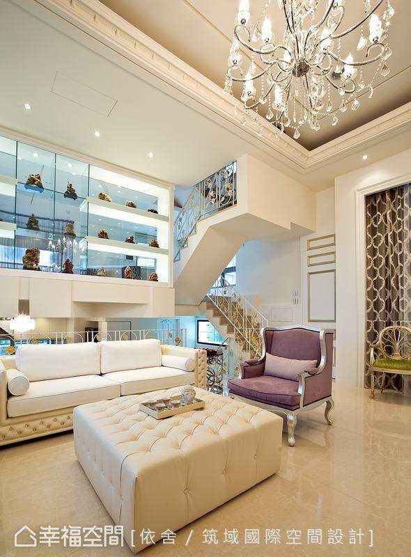 穿透式玻璃展示櫃作區隔,為喜愛收藏骨董的業主打造出最佳展示區外,玻璃的清透更讓三個空間有既開放又隔絕的效果。