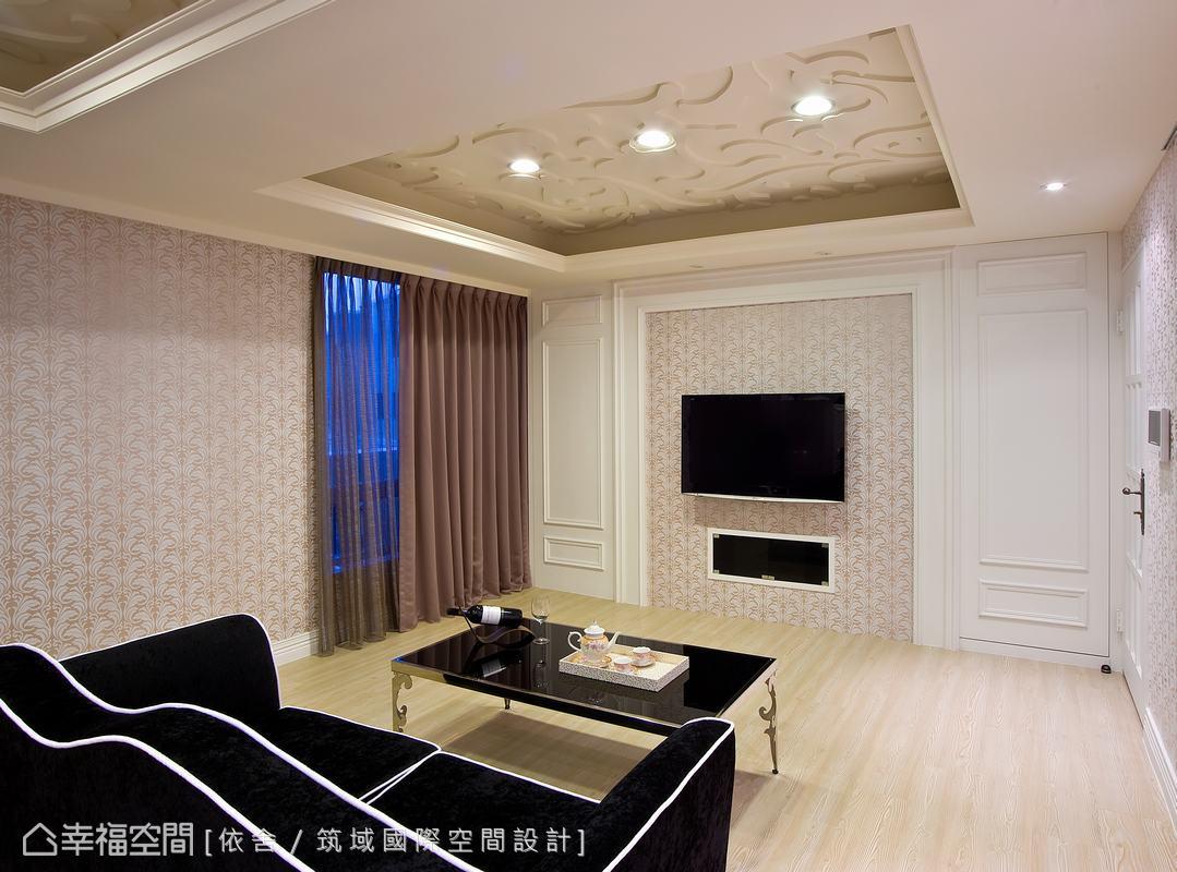 橡木洗白的地板傳遞質感溫度,充滿柔美調性的材料質地,延展出高貴的浪漫情境。