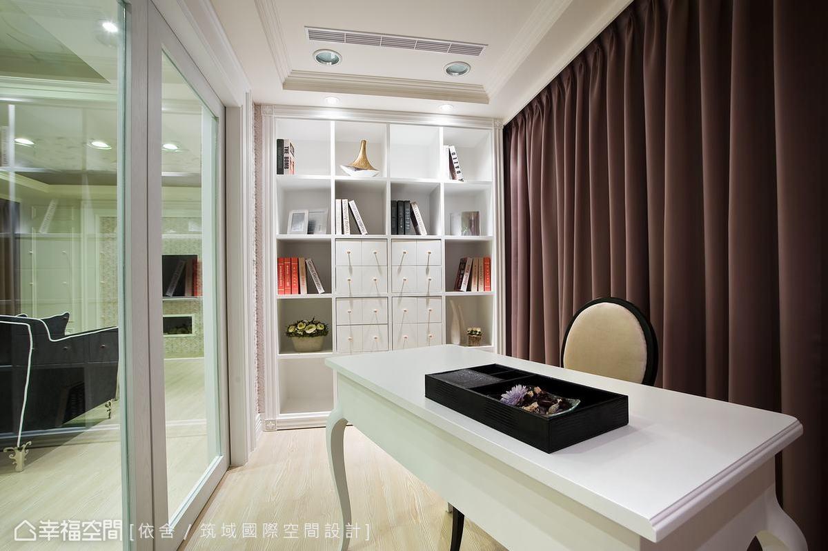 純白調性的書牆,與充滿古典語彙的家具家飾,讓書房的人文氣息在此蔓延。