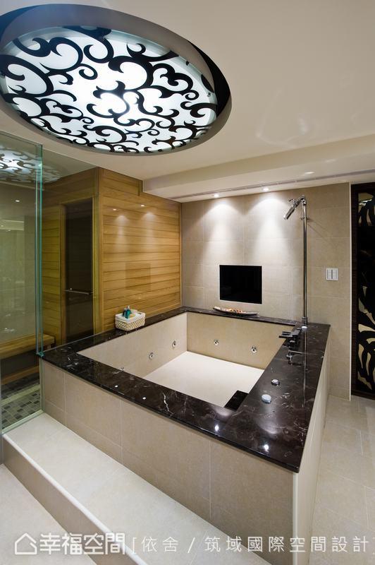 Spa區是設計師為業主量身訂製,以水泥、玻璃纖維為底層,外層則以磁磚搭配石材的大型浴缸,讓泡澡的樂趣既多元而享受。
