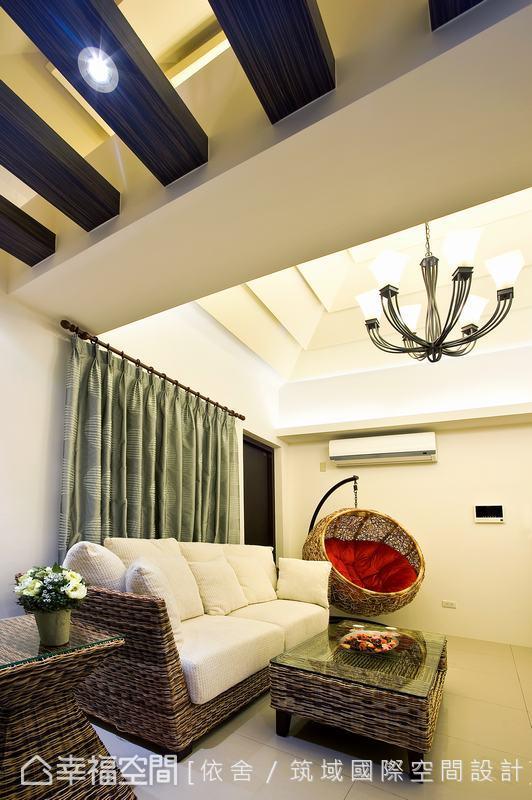 四樓以峇里島風格為主述,藤編吊椅與天花枕木,讓南洋慵懶氣息注入。