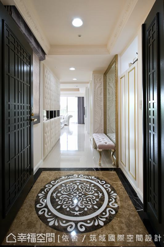 原先舊屋的磁磚地坪改為大理石,方中帶圓的拼花設計,具有隆重迎賓的氣勢。