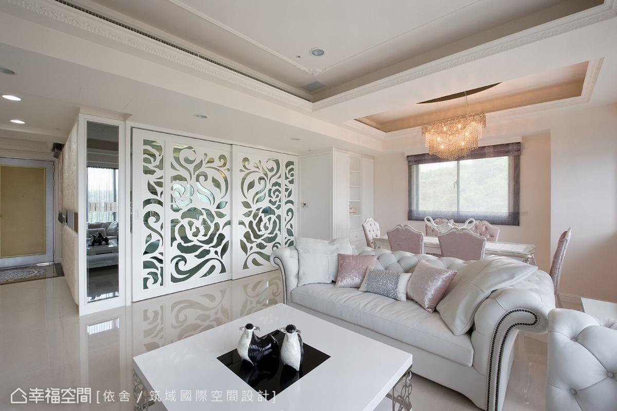 來自後陽台的充裕採光一路穿透玻璃,在客廳地面倒映出玫瑰圖騰;從拉門精緻的實體花紋,接續至光亮地板的華美虛景,遠處看來美不勝收。