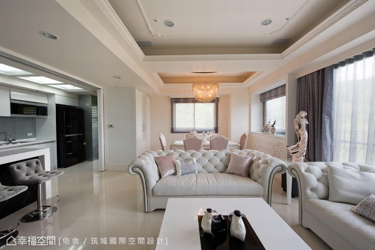 開放式的空間規劃展放視野,令人忽略其實房內坪數甚至未達三十坪。雖然毫無實體隔間,但經由天花板分佈及吧檯、拉門的設置,仍可明確地區分場域之別。