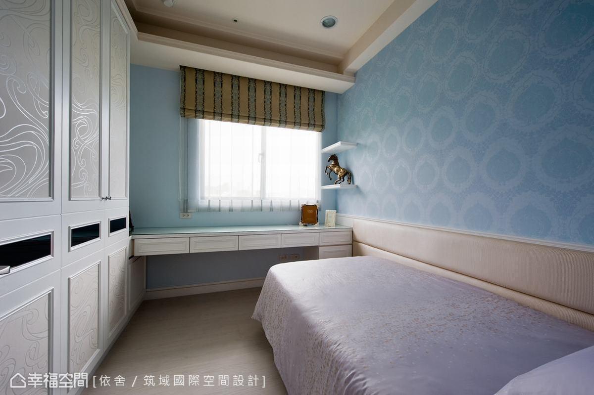 以天空藍為主,著重於充足的機能規劃,如窗前的長桌以及大衣櫃,即便坪數受限也能滿足起居需求。