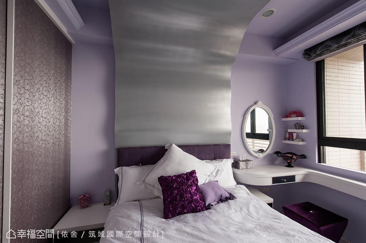 把大女兒喜愛的太空銀河系,透過修飾樑體的銀色烤漆床頭板,適當地在柔美的房內表現出來。