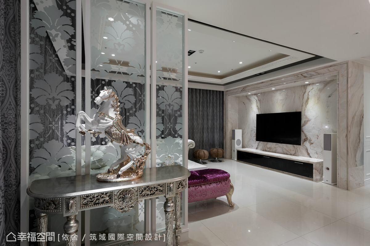 客廳與玄關間的端景隔間,利用花卉圖騰來勾新古典的美好,玻璃的質材更具穿透感,讓人格外賞心悅目。