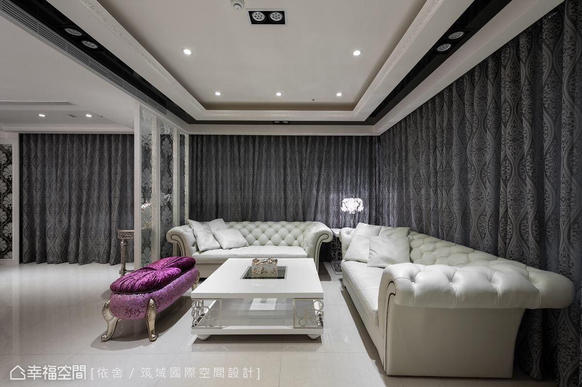 設計師以新古典的語彙,鋪述富麗堂皇的居家氛圍,客廳的情控紗簾配上訂製古典沙發,更是相得益彰、盡顯風華。
