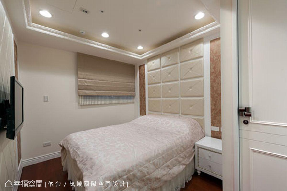 床頭牆面使用鱷魚皮繃布呈現空間的細膩質感,並搭配上暖色調的進口壁紙營造溫馨氛圍。