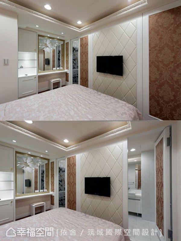 長親房的整體空間運用橘紅、米白及純白三色帶出舒適溫馨的臥眠空間;浴室門片也藉由壁紙造型門片巧妙地隱藏起來。