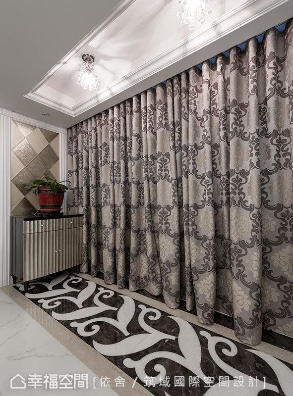 在風格設計上,為求新古典風格的到位,甫入玄關,大理石拼花於地坪鋪陳,刻意拉長視覺動線、形塑入門大器質感。