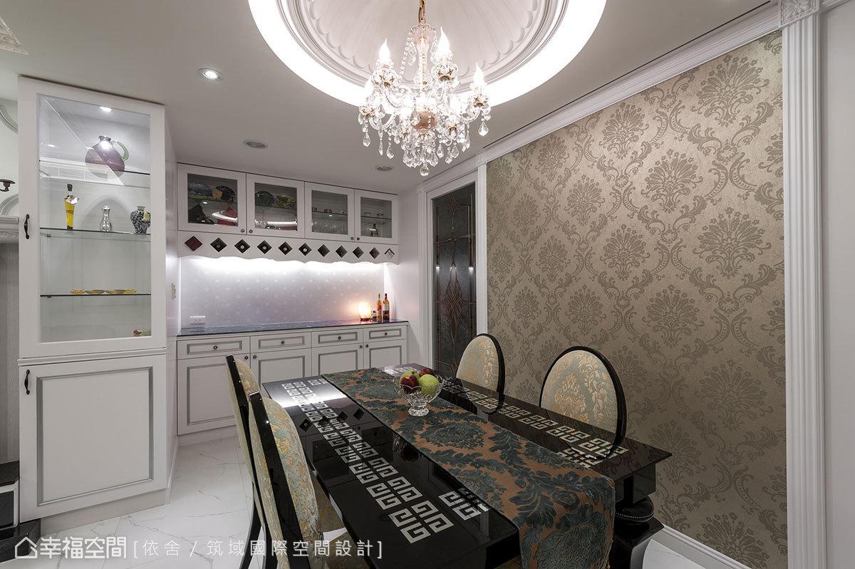 餐櫃處,吊櫃下方加以菱格造型鏤空延伸,有著結合酒櫃收納的妙用。