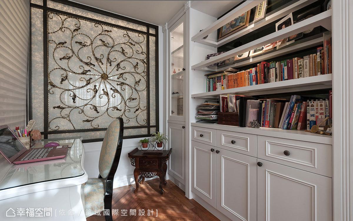 原本採光較不佳的衛浴,透過書房鍛鐵夾紗有了巧妙的引光美好。