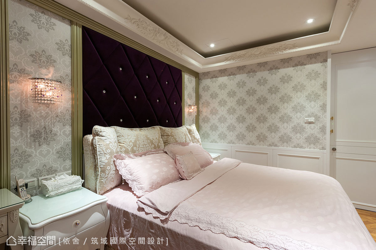 呼應著客廳軟件用色,繃以同色系的床頭襯以腰板,展現華麗質地。
