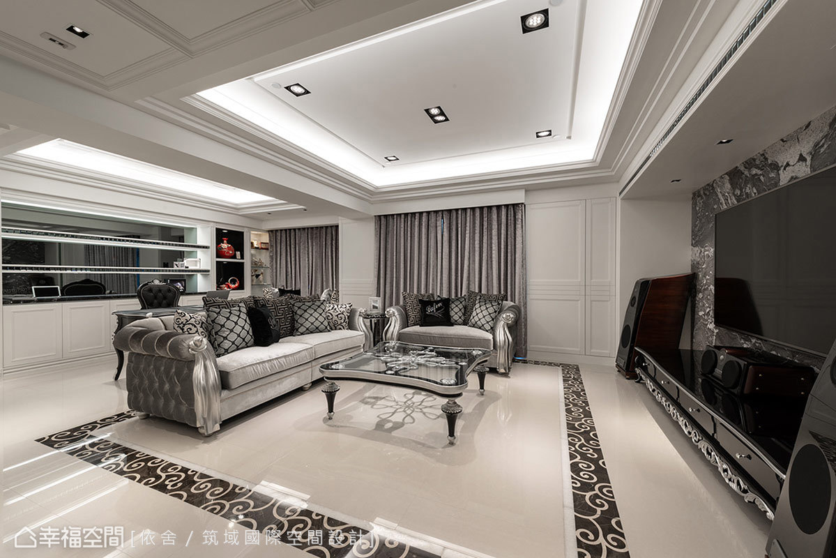 地坪以藤蔓拼花滾邊取代地毯效果,少了生活上需要清潔的問題,又自然聚焦出客廳場域,烘托出新古典層次。