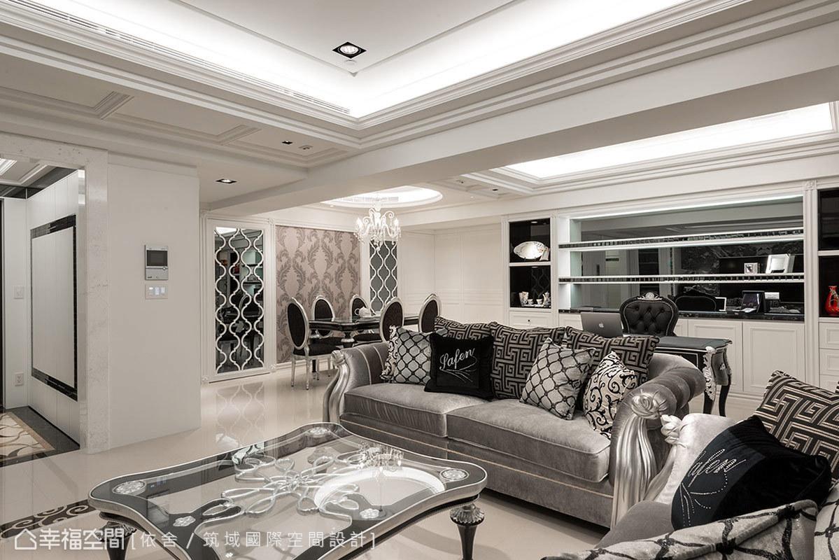 成套的茶几、沙發、燈飾、餐桌是室內搭配上的一大重點,客製化新穎時尚的新古典元素,貫穿了整套傢俱系列造型,譬如訂製沙發扶手的銀色緞帶,顯得別致而用心。