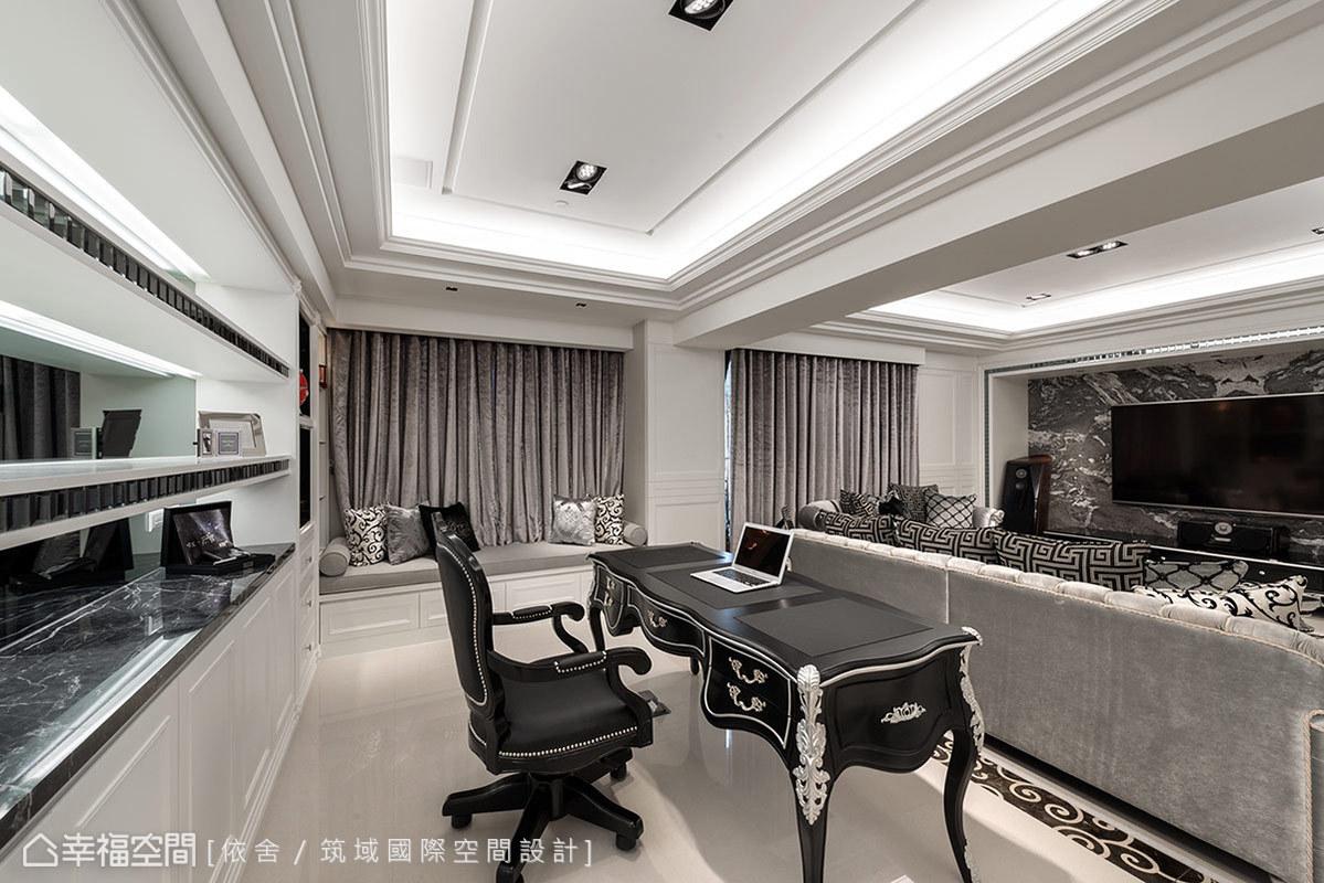 拆除隔間延伸室內視野,設計師改造了原本與客廳相連的主臥房,實現屋主擁有開放式書房的夢想。一併考慮書櫃等同另一道主牆,特別注入時尚精緻的鋼琴烤漆及馬賽克元素,打造超高質感的展示風景。