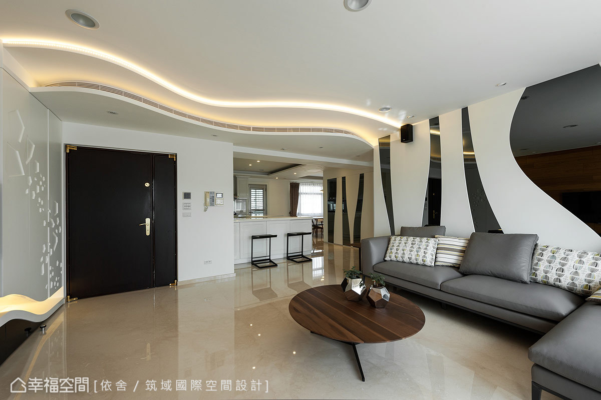天花板以複層概念蔓延出波浪曲線,經過設計打版,巧妙地在弧線層次中納入空調出風口。