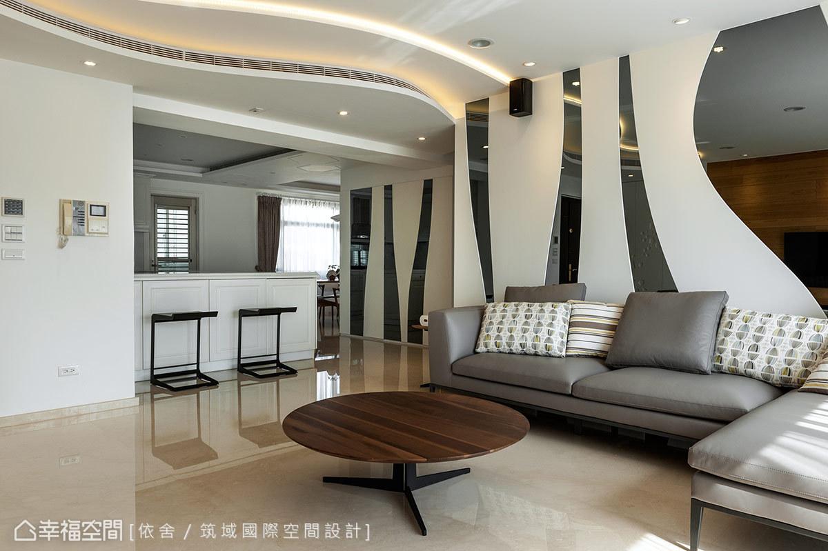 設計者細心保留狀況良好的吧檯,檯面經過重新整理、美容後,搭配新穎的現代風格傢俱,精簡預算換得全新生活意象。