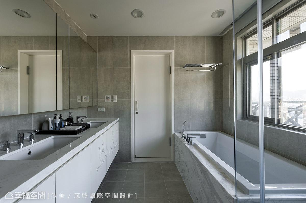 採光明亮的衛浴,使用中性色彩為基調,帶來舒適療癒的氣氛。