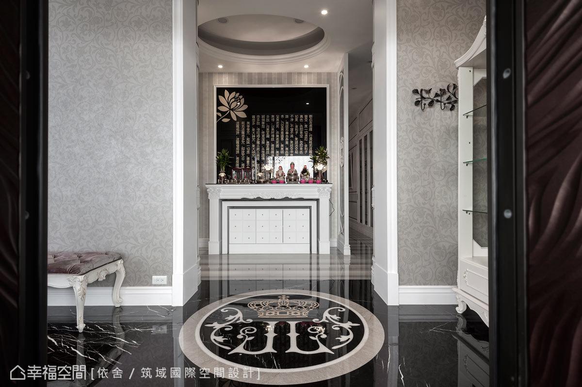 設計師特別為屋主繪製的家徽造型,在大理石拼花的交織下,呈現獨一無二的恢弘氣度。