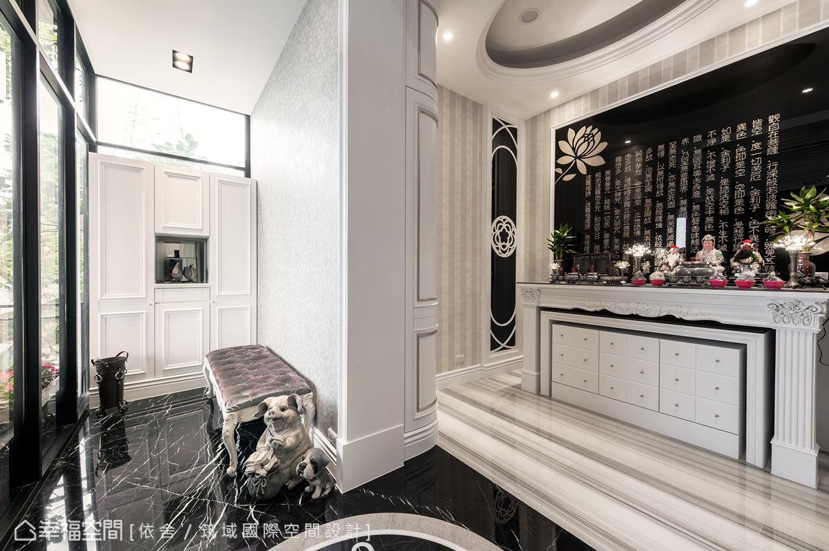 設計師突破傳統的窠臼,將佛壇造型以歐洲壁爐及黑鏡質材來表現,讓整體風格與內外一致,並透過風水規劃,成為藏風聚氣之地。