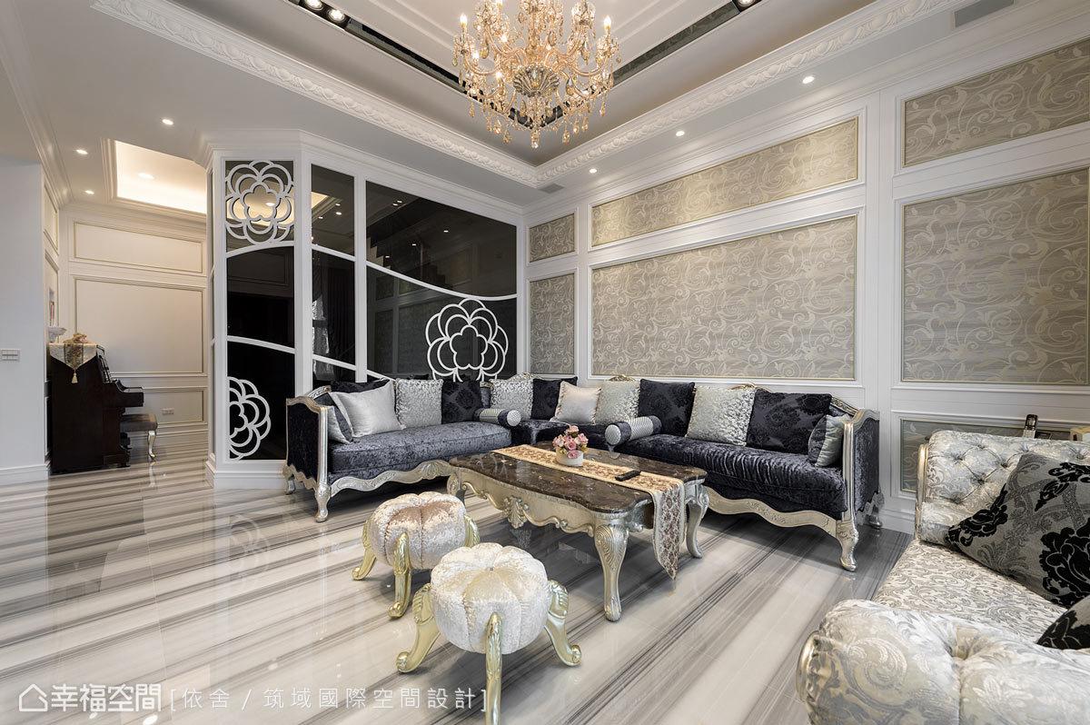 客廳與樓梯間的屏隔,運用具有穿透性及不透明的灰玻、黑玻及黑鏡,讓空間具有豐富的層次感。