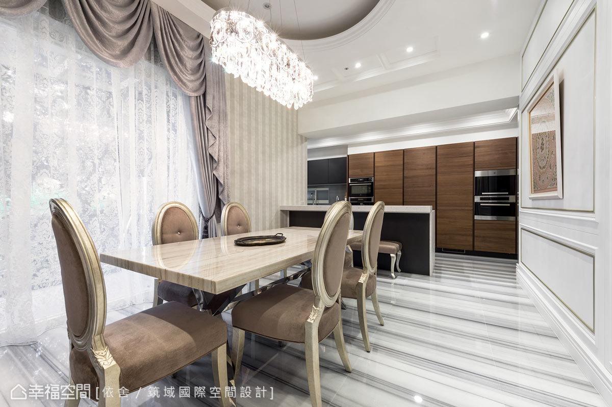 餐廳上方以水晶燈搭配橢圓形的天花,儼然成為空間的焦點;旁側廚房則選購進口廚具,鋪述場域的奢華氛圍。
