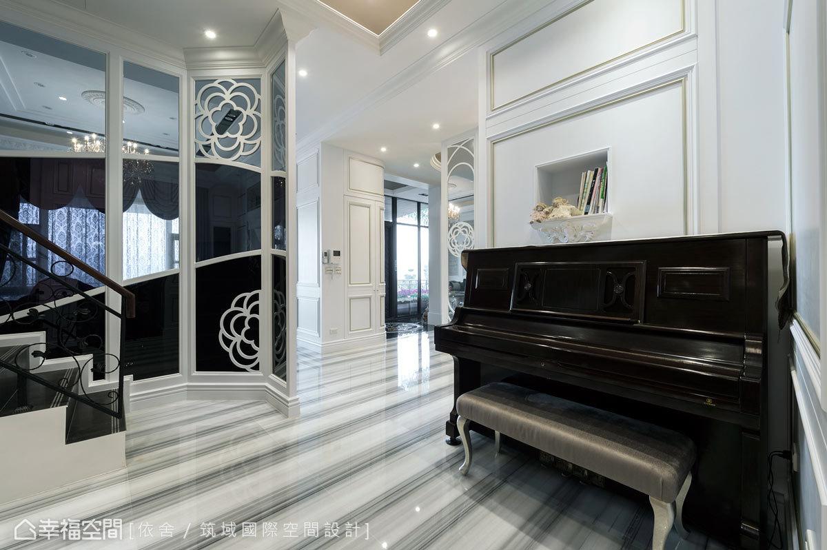 運用客廳旁與梯間的位置,擺放一台鋼琴,創造優質而機能的悠揚空間。