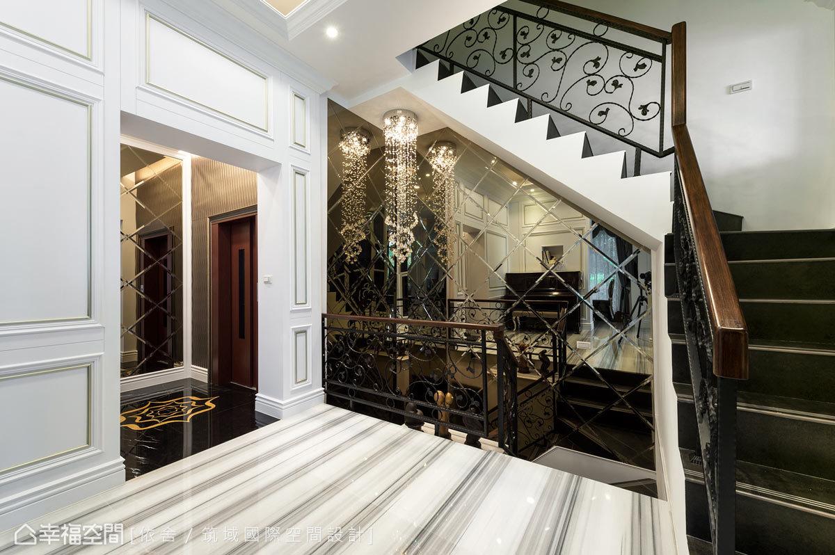 設計師重新調整樓梯位置,並為家中長者設置一座電梯,讓美感也兼具機能與人性的設計。