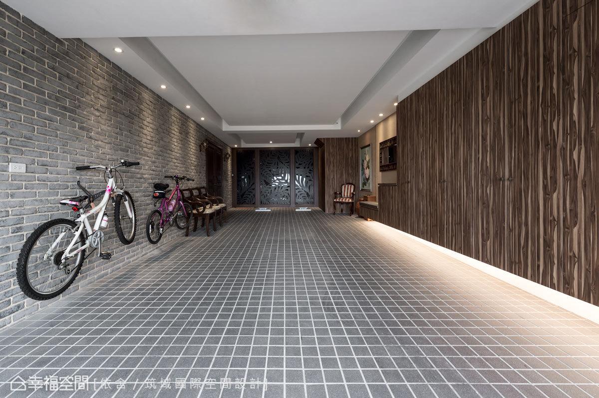 設計師靈活運用質材營造鄉村與休閒感,並以易清潔的美耐板作為收納櫃面,打上燈光,車庫立即明亮舒適。