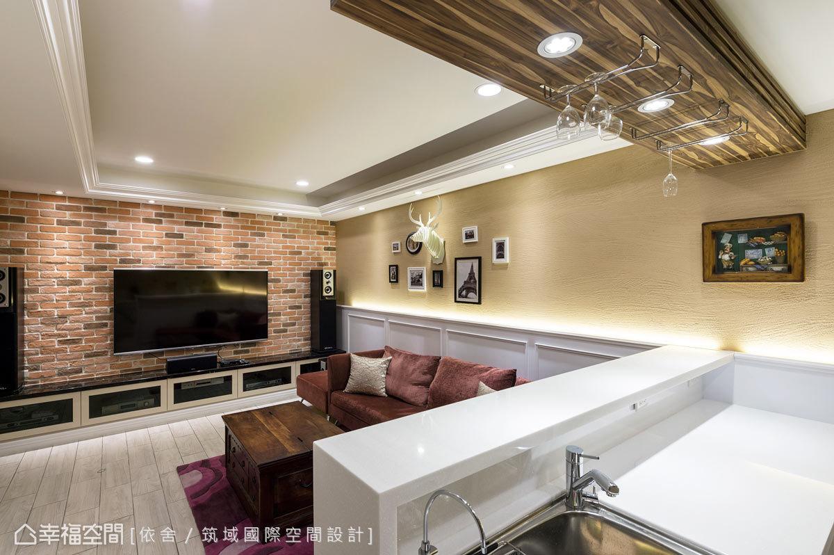 設計師使用多種質材,如文化石電視牆表現溫潤質樸,硅藻土立面防止空間的濕氣,創造一家人歡聚的視聽空間。