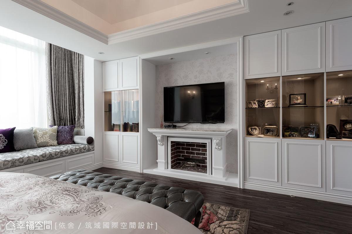 壁爐造型的電視牆,讓空間增添宜人的溫婉氛圍;而窗下的臥榻設計,則可作為臥鋪、座椅以及收納等使用。