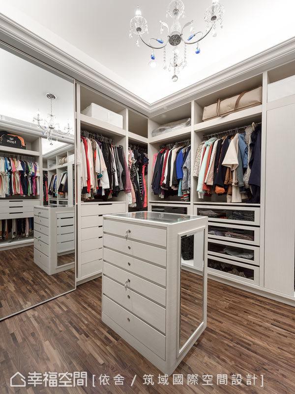 經由設計師調整的更衣空間,有了更完整的使用尺度,不管在取物與收納上,有了更便利的機能。