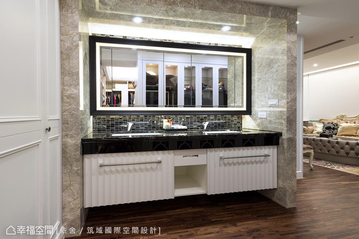 雙臉盆的規劃符合屋主夫妻的個別需求,並從衛浴空間移到更衣室旁,讓使用與動線更佳順暢。