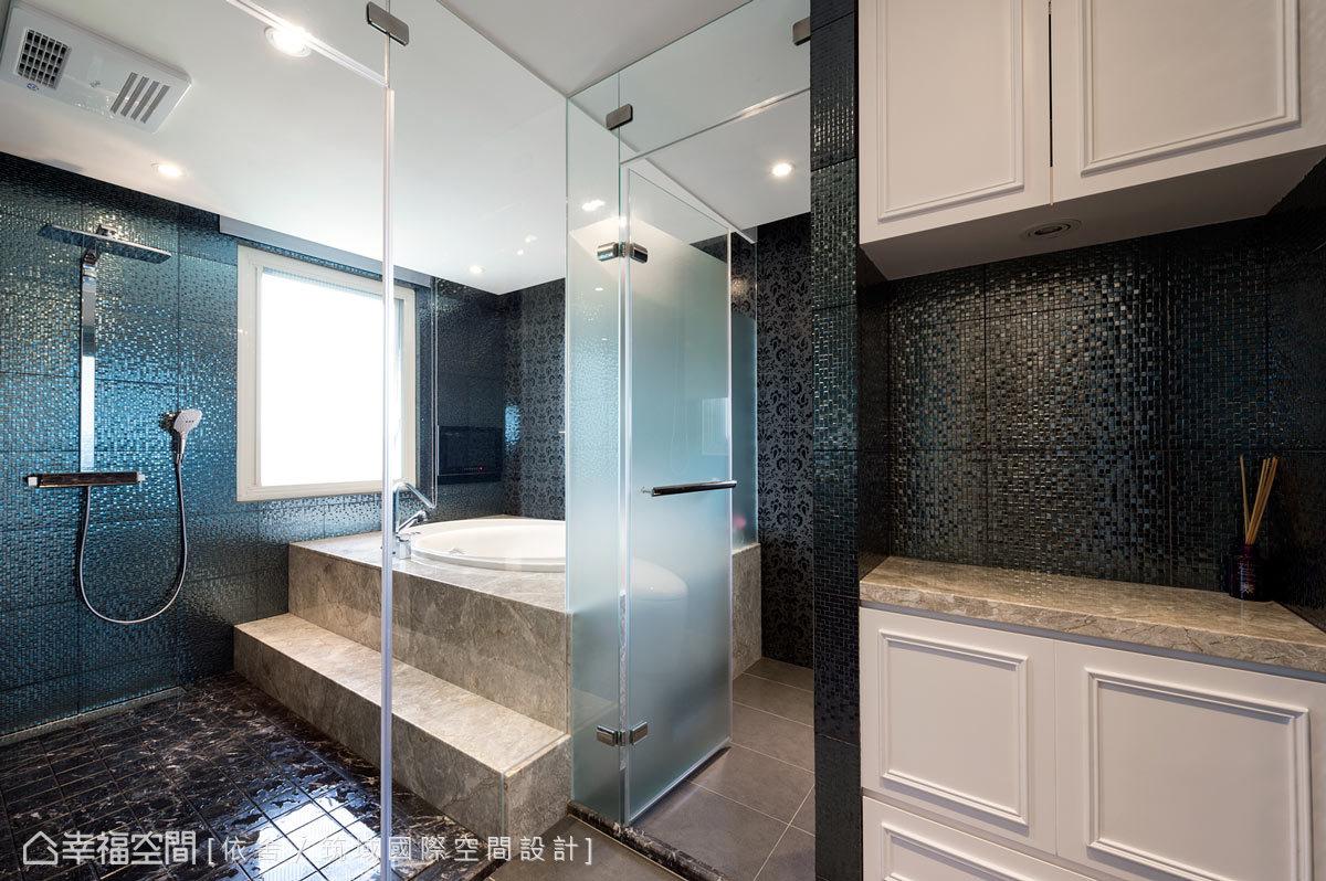 乾濕分離及大浴缸的衛浴規劃,營造精品飯店式的氛圍;設計師並採用大理石與金屬磚來鋪設,呼應內外的整體風格。