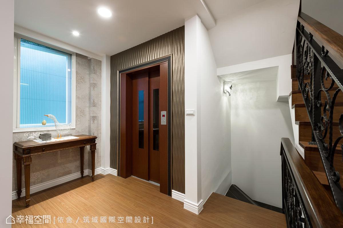 設計師調整樓梯位置並增設電梯,讓垂直動線有了整合;外觀部分則以鋼板烤漆結合皮雕版,更顯恢宏氣度。