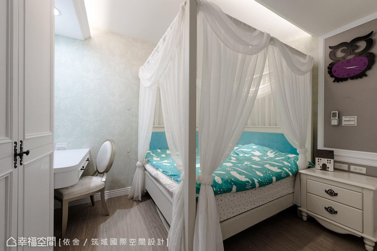 為小女購置了四柱床架、純白紗帳,打造藍白相間的雅緻公主房。