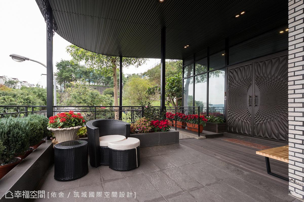 重新幫屋主規劃的半開放露臺,增添許多園藝設計,讓勞頓的心靈獲得滋潤。
