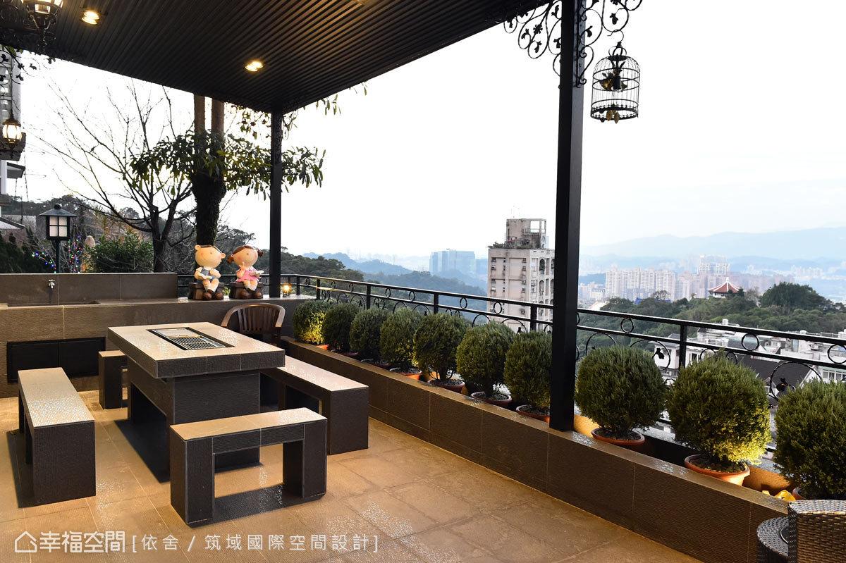 圍聚的餐桌具有烤肉爐的功能,讓全家在BBQ時也能同時欣賞美景。