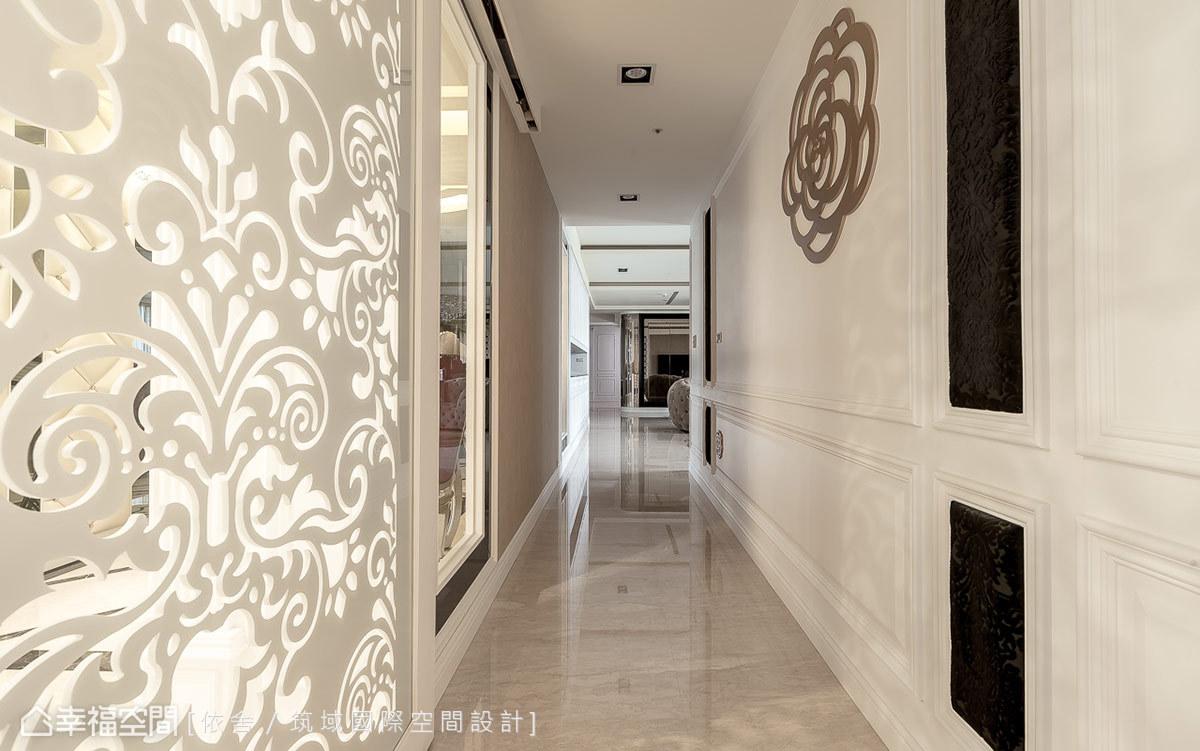 雕花門扇位於玄關底端左側,為公私起居空間的動線分野,雕花門後方廊道串接起玄關、主臥、起居客廳,山茶花的點綴則帶入高雅的富貴意涵。