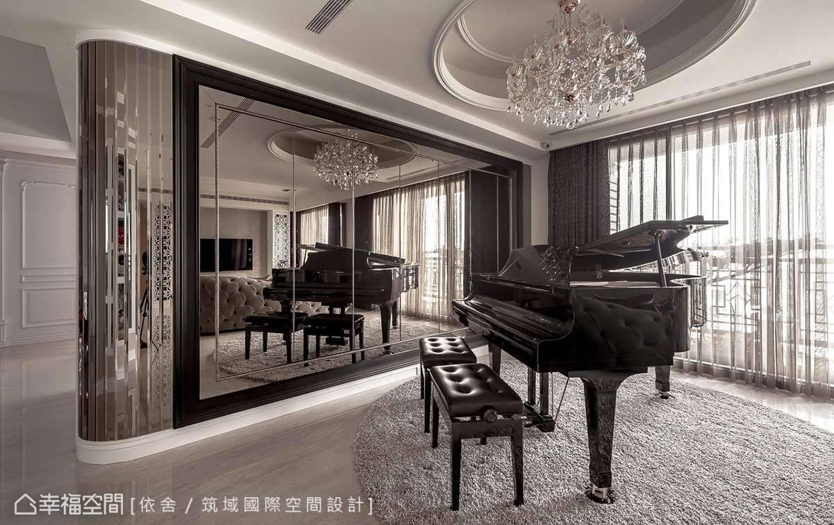 寬裕的客廳空間,陳永祥 & 李雨蓁設計師帶入大量鏡面元素,隱藏起大容量的收納櫃體,映襯著三角鋼情的擺放,成為演奏樂音的華麗舞台。