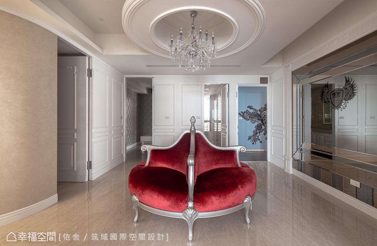 環繞造型座椅規劃的動線,依序為由廚房改裝而成的SPA間、客用衛浴、男孩房。
